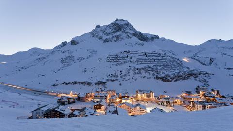 Blick auf Zürs am Arlberg in der Abenddämmerung.
