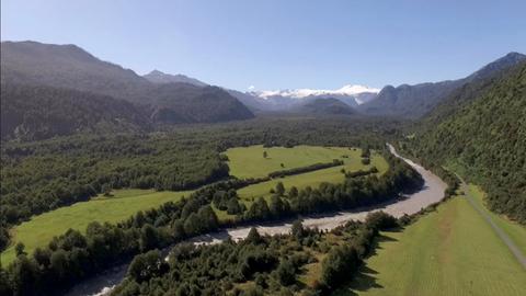 Ein einsames Flusstal und Gletscher in Patagonien.