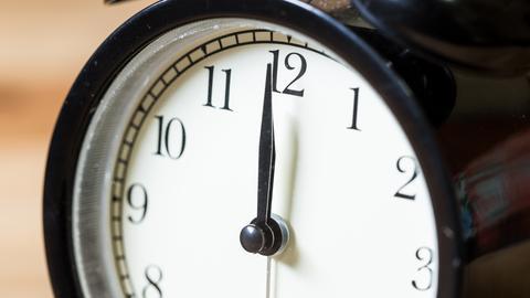 Uhr zeigt zwölf Uhr